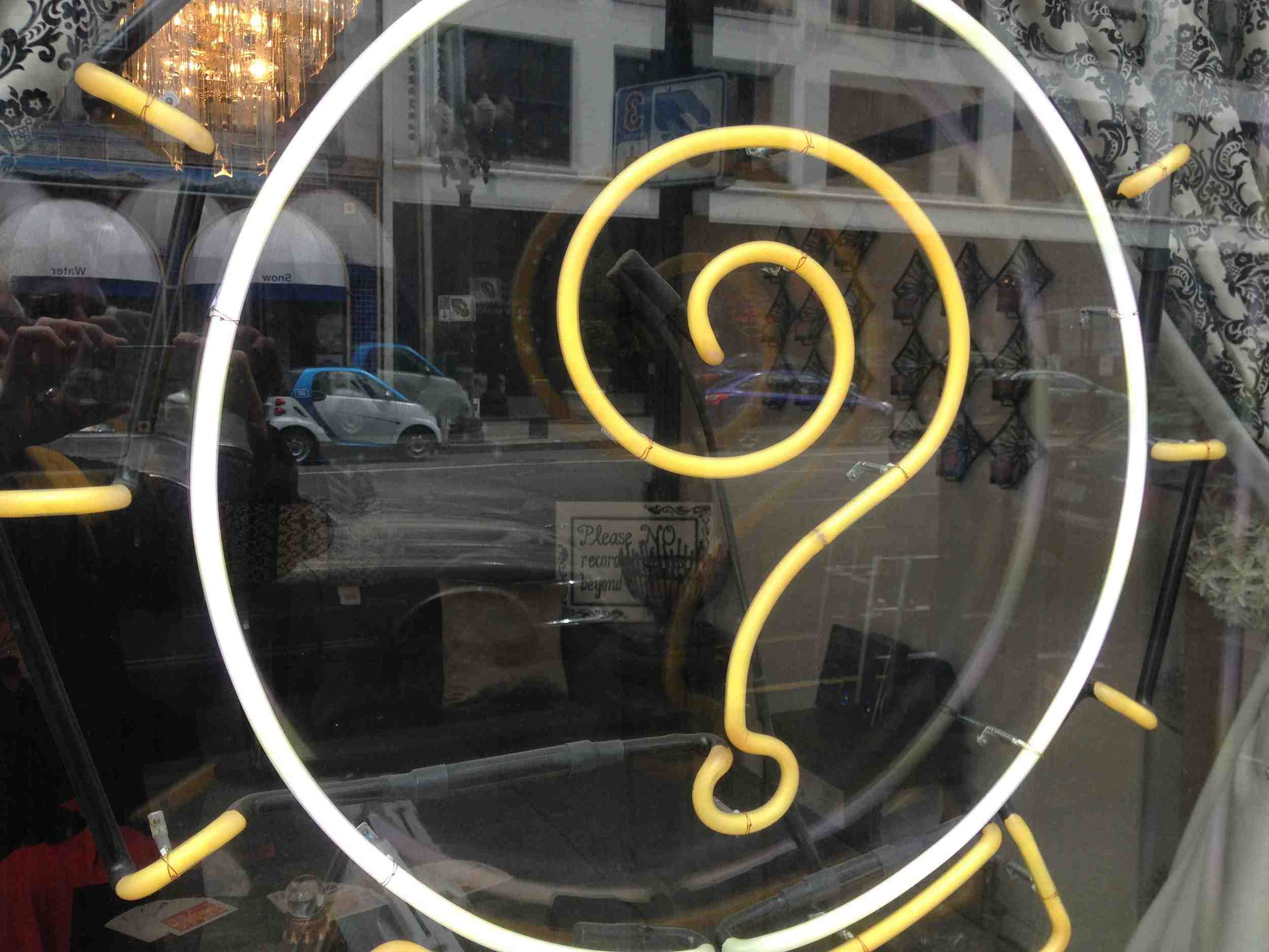 In Old Town you find lots of interesting local shops including this mystic shop with the wonderful neon question mark.