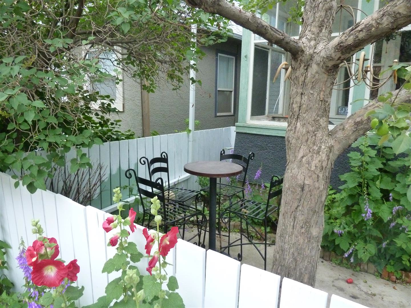 Saskatoon Urban Trekker also explored the residential streets in the area with their charming early 20th century CPR worker homes that have been adopted by artists who have added charm with front lawn patios, sculptures and murals.