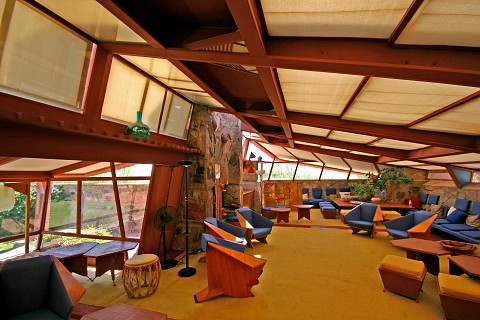 The living room (or the garden room) has strong horizontal lines and big windows that link the inside with the outside. Though we were told we couldn't take photos inside the house, I found this image and the next image on the internet.