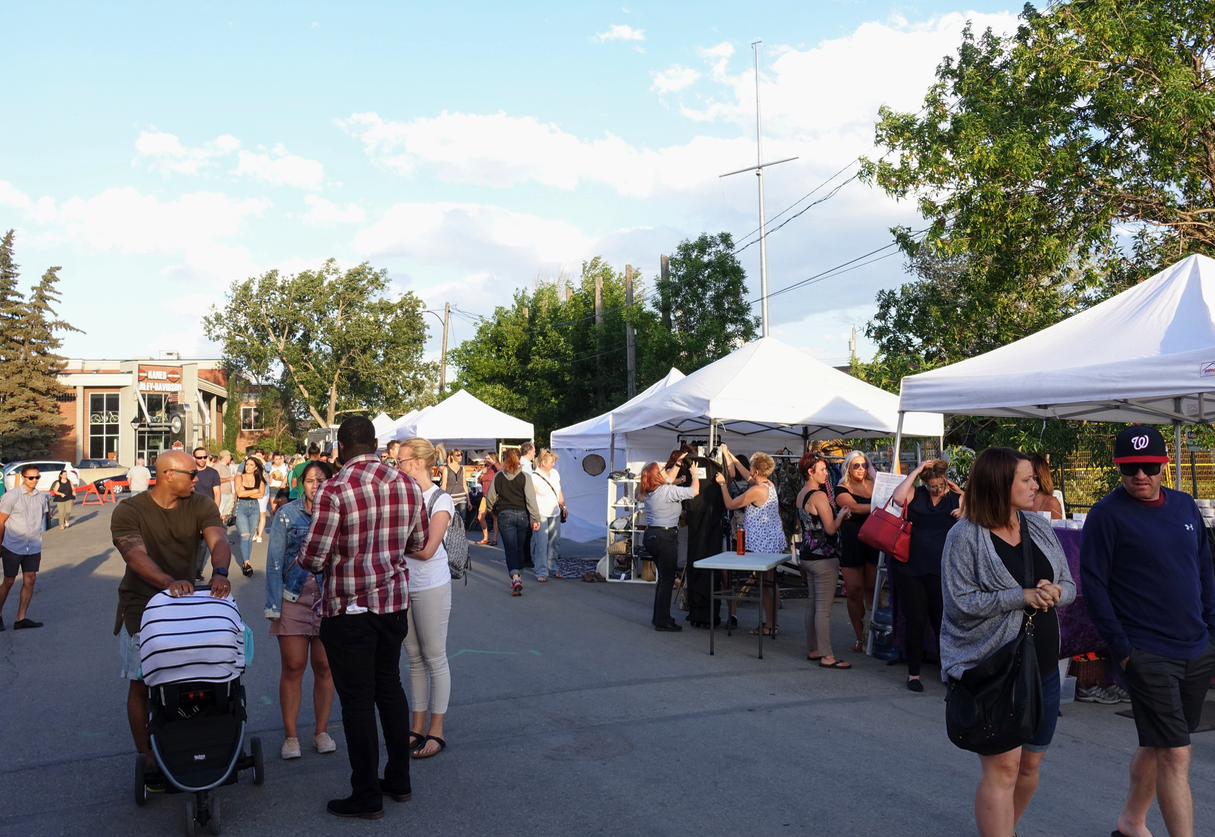Many of the neighbourhoods surrounding Stephen Avenue Walk have summer farmers' markets, night markets and annual signature events.