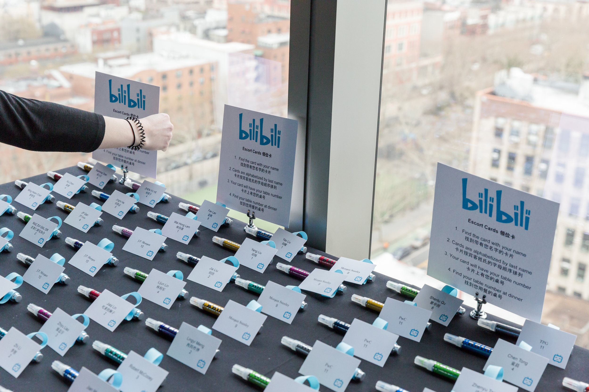Table full of personalized escort cards with BiliBili logo