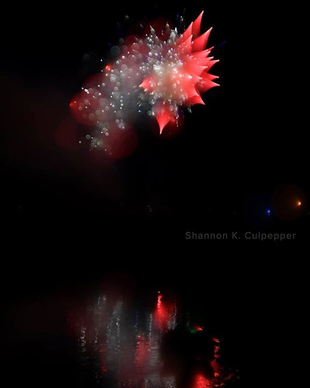 Good night everyone. Here's another of those experimental defocused fireworks shots. This effect is all done in camera, no post process editing of any kind. Photo by Shannon K. Culpepper #Salem #fireworks #4thofjuly #abstractphotography #shannonkculpepper