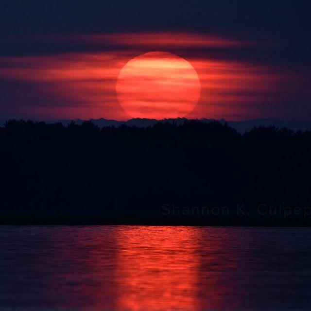 Such an incredible sunset tonight! Photos by Shannon K. Culpepper #newengland #hamptonbeach #nh #sunset #beautifullife #shannonkculpepper