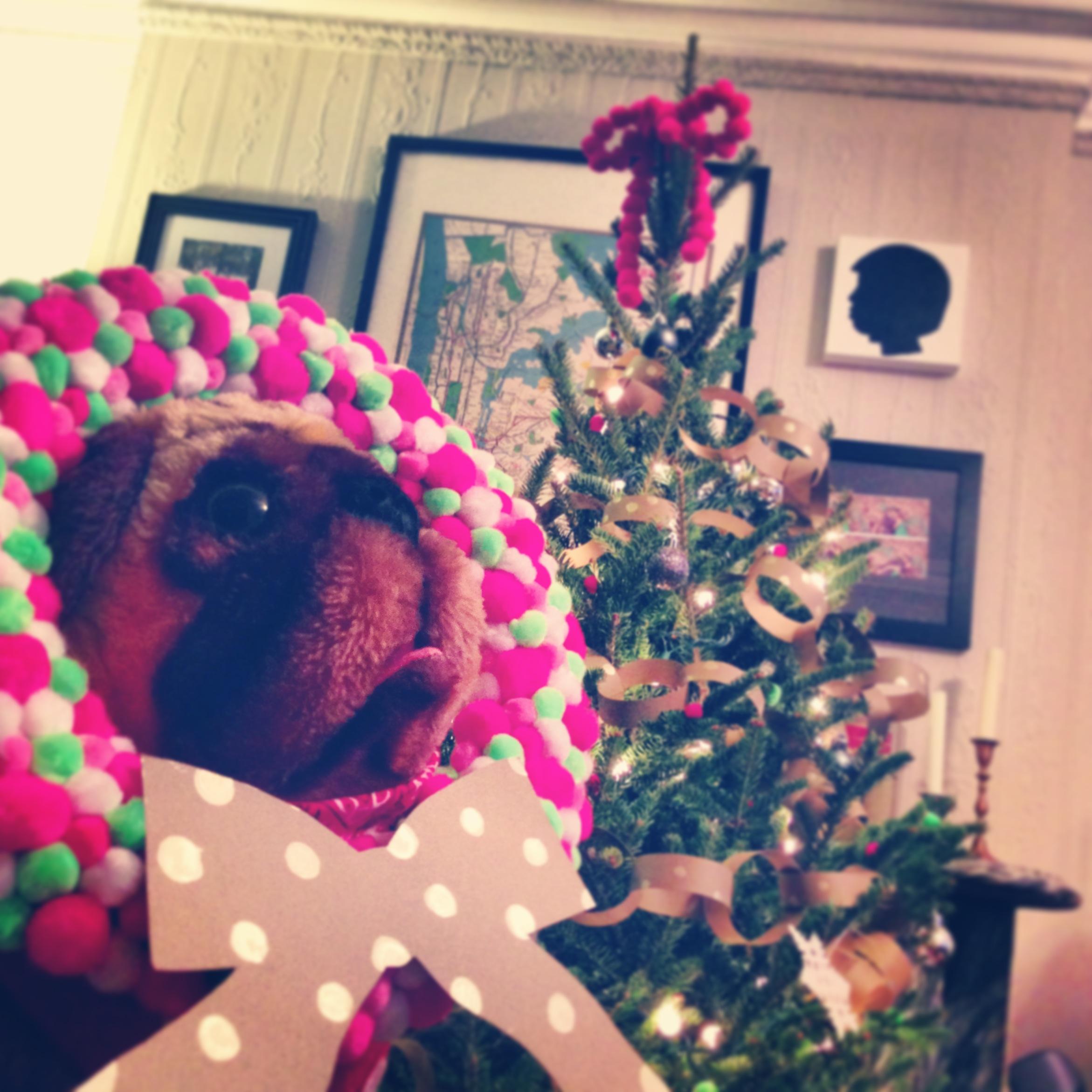 christmas_decor_diy_kraft_garland_wreath_pompom_holiday_decoration.JPG