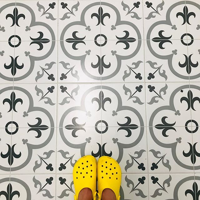 Have I mentioned how we love some awesome patterned tile? This one is the perfect choice for a chic laundry room 😍 @shelley_smith8  #blackandwhite #blackandwhitetile #interiordesign #homerenovation #laundryroommakeover #designerlife #dfwcontractors #dallastx #fortworth #happyspaces #pursuepretty