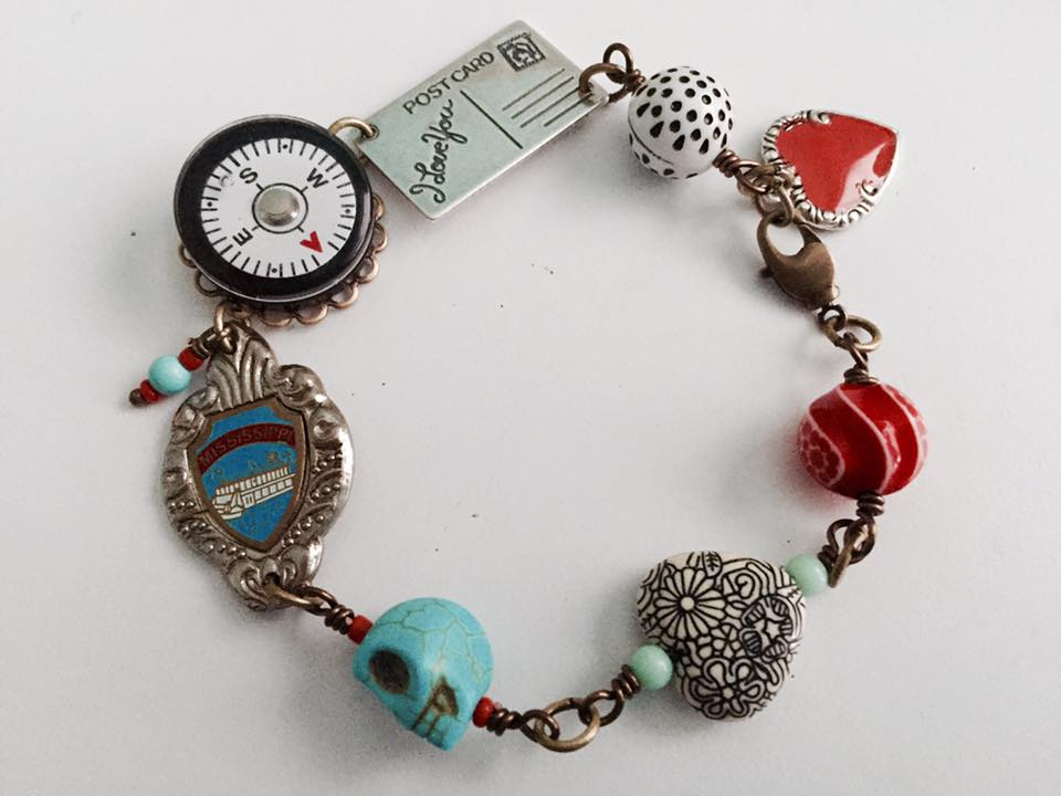 I'm mirroring the style of the link bracelet I made last year. This eyecatcher has everything from a souvenir spoon, sweet heart, some cool retro-looking acrylic beads and even a compass!