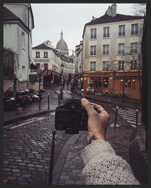 Living in this neighborhood for a bunch of days it's a dream come true. I always wanted to wake up, jump down stairs for some great French food and hit the streets of this magical place with my cameras. How are you today Montmartre ?