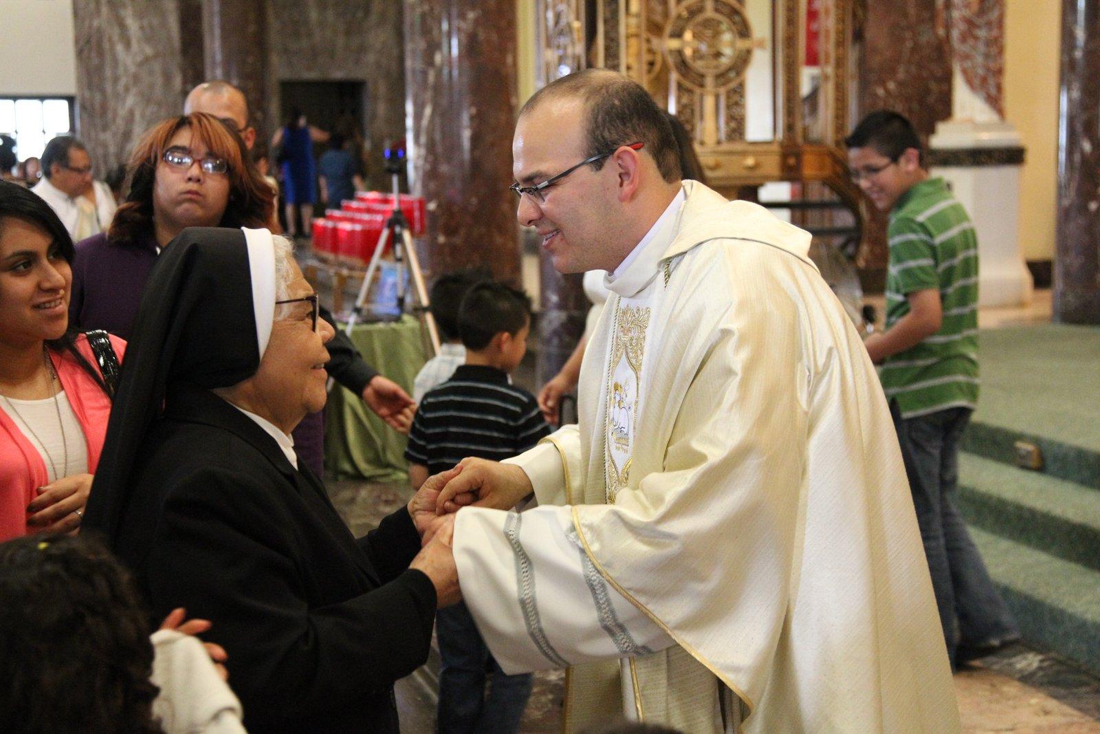 P. Homero Sánchez después de su primera misa en Chicago