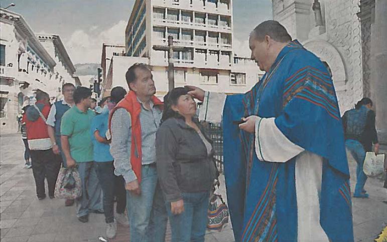 QUITO, ECUADOR: Fr. Chris Steinle, O.S.A., distributes ashes on Ash Wednesday at his new ministry in Quito, Ecuador.  Photo credit: Eduardo Terán/El Comercio