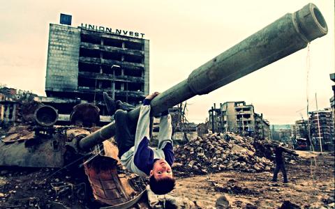 La guerra de Bosnia que duro desde abril de 1992 a diciembre de 1995, causo mucha destruccion.