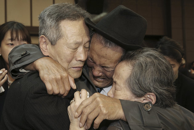 North Korean Son Kwon Geun, center, weeps with his South Korean relatives as he says goodbye to them on Thursday, Oct. 22, 2015. Photo: AP