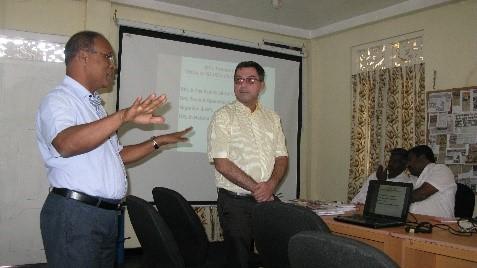 The ICRC explains its RFL activities to SLRCS volunteers at the Nuwara Eliya branch. Photo Credit:Sachini Akuretiya/ICRC.