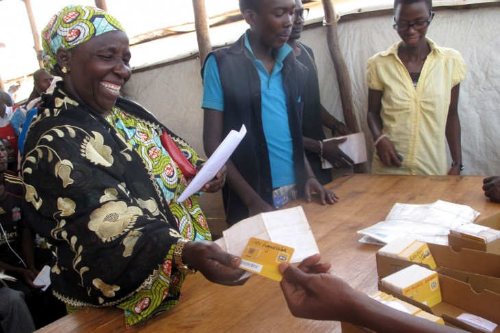 Fatou receives her SIM card with a smile on her face after going through the verification process. CC BY-NC-ND / ICRC