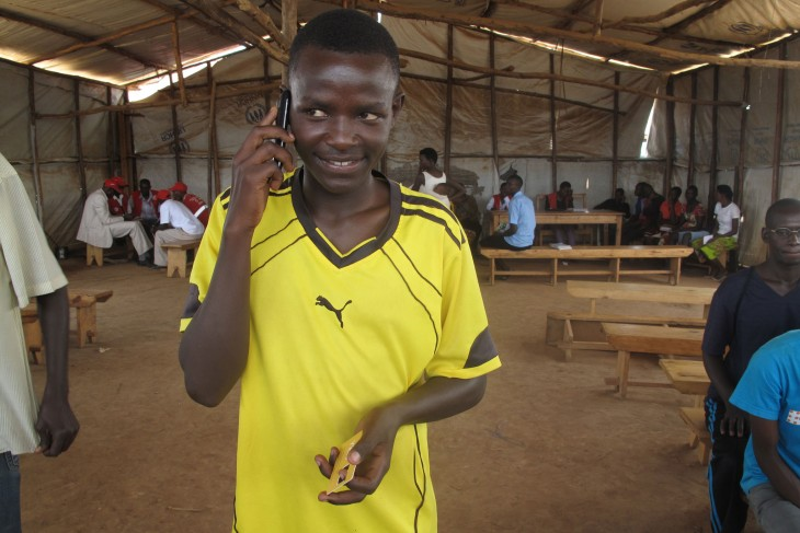 Bonaventure immediately used his new SIM card to call one of his friends to inform him about his new contact number. The SIM card has helped him reconnect with his parents, brothers and sisters, whom he had left behind in Burundi. CC BY-NC-ND / ICRC