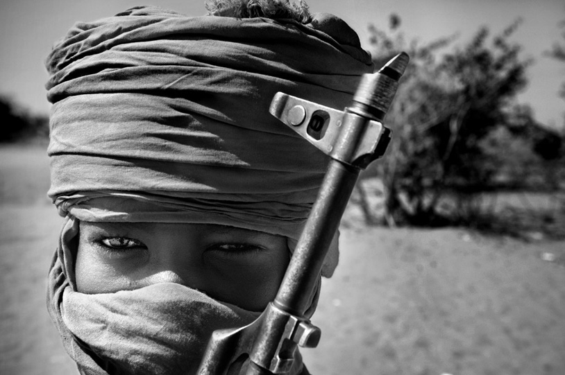 Child soldiers from the SLA guerillas, one of the rebel groups against the government in Jartum. Two hundred thousands dead, six million internally displaced, and nearly 800 refugees. This is the reality that ravages western Sudan because of the armed conflict between the government and the Christian guerillas of the Darfur region. Photo: Alvaro Ybarra Zavala/Agence Vu
