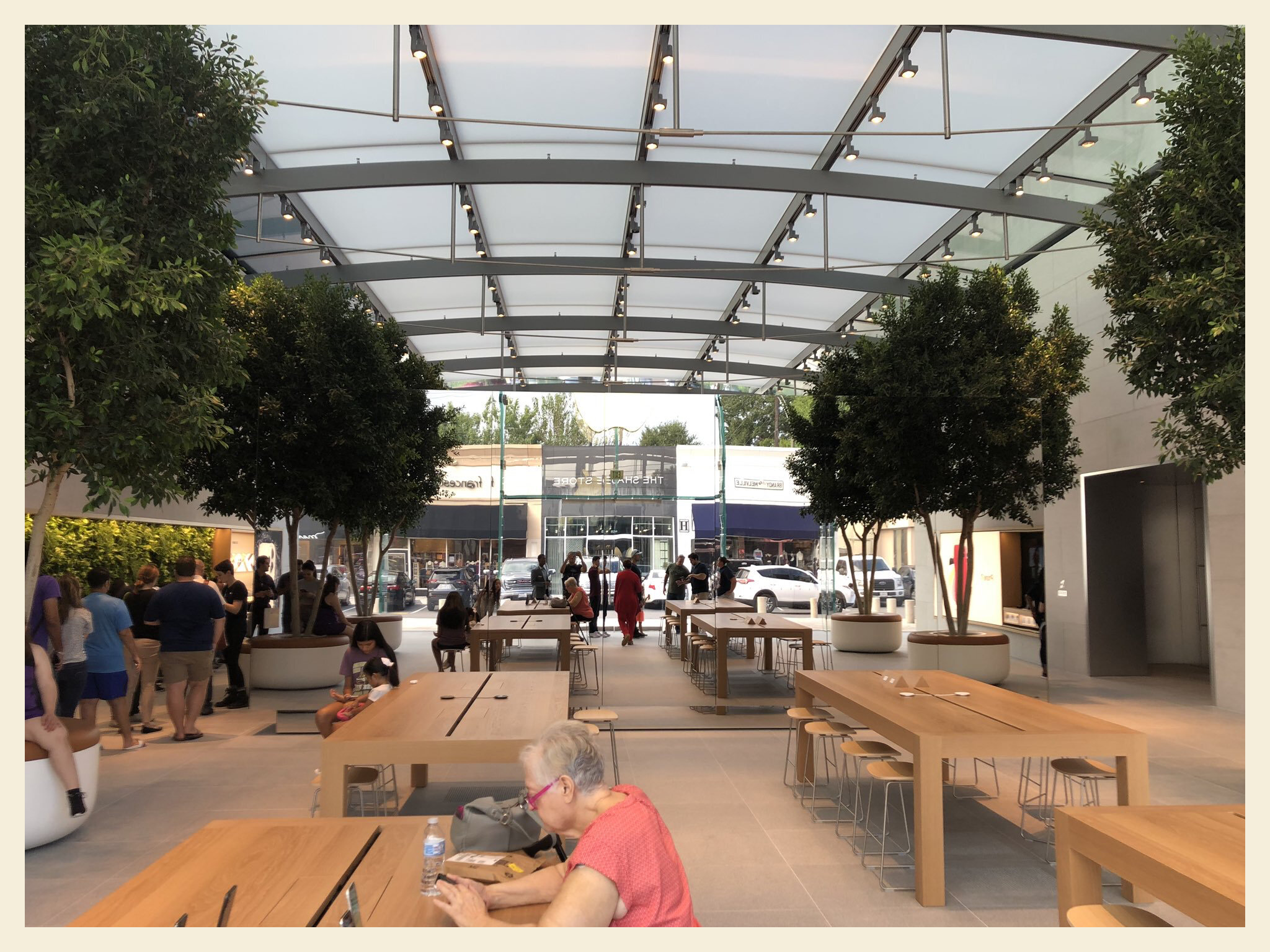 A look at the inside of Jacobi's re-opened, Houston Apple Store.  Jacobi (  @JACOBI_XYZ   on Twitter)