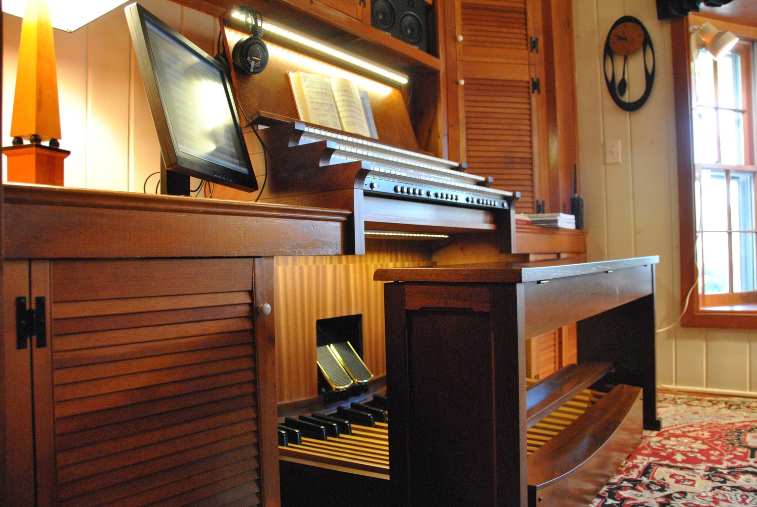 The console design and layout is based on the best pipe organs from France and England. Two hundred years ago these builders were already thinking about ergonomics.