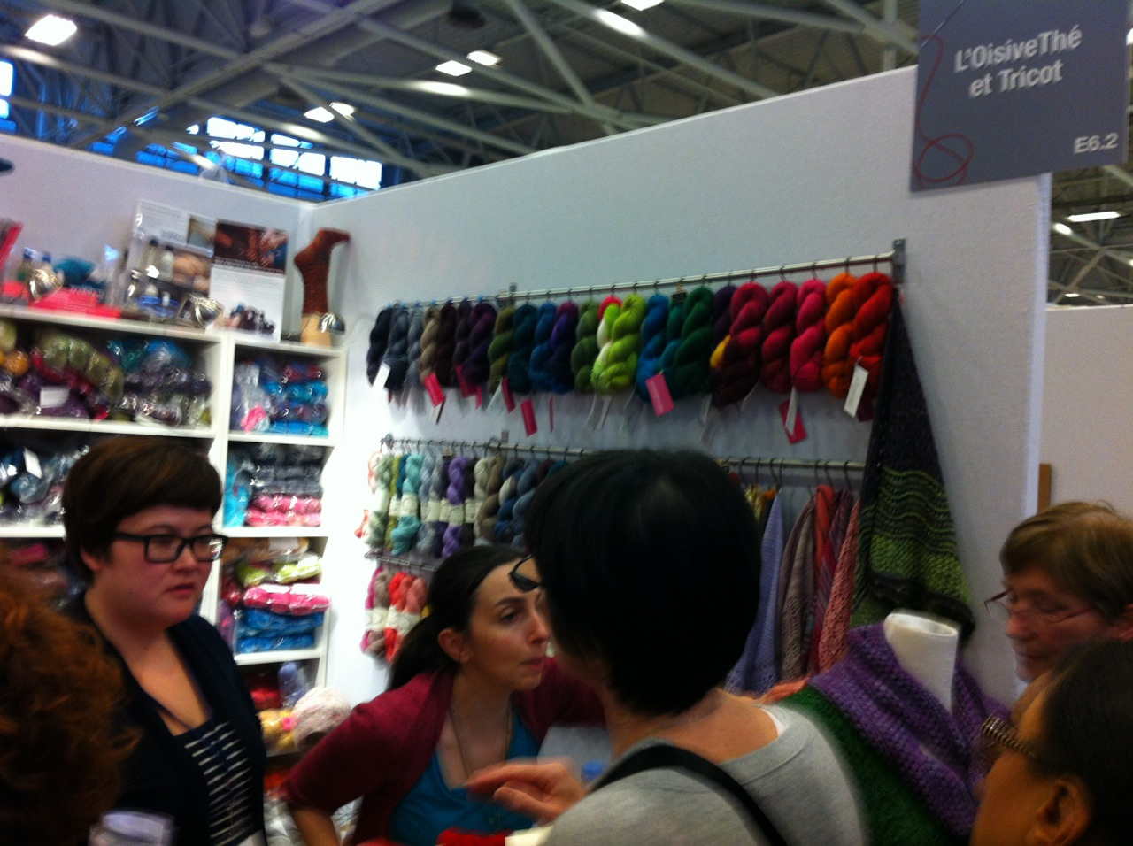 Look at that wall of  SweetGeorgia Yarn ! Just a little bit of Canada, in Paris!