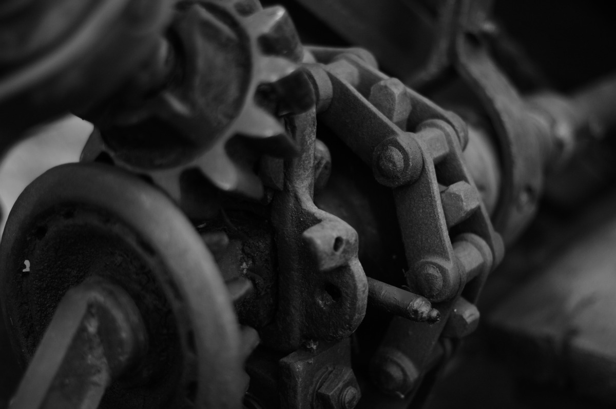 2009-08-01 at 00-54-47 farm machinery chain sprocket antique.jpg