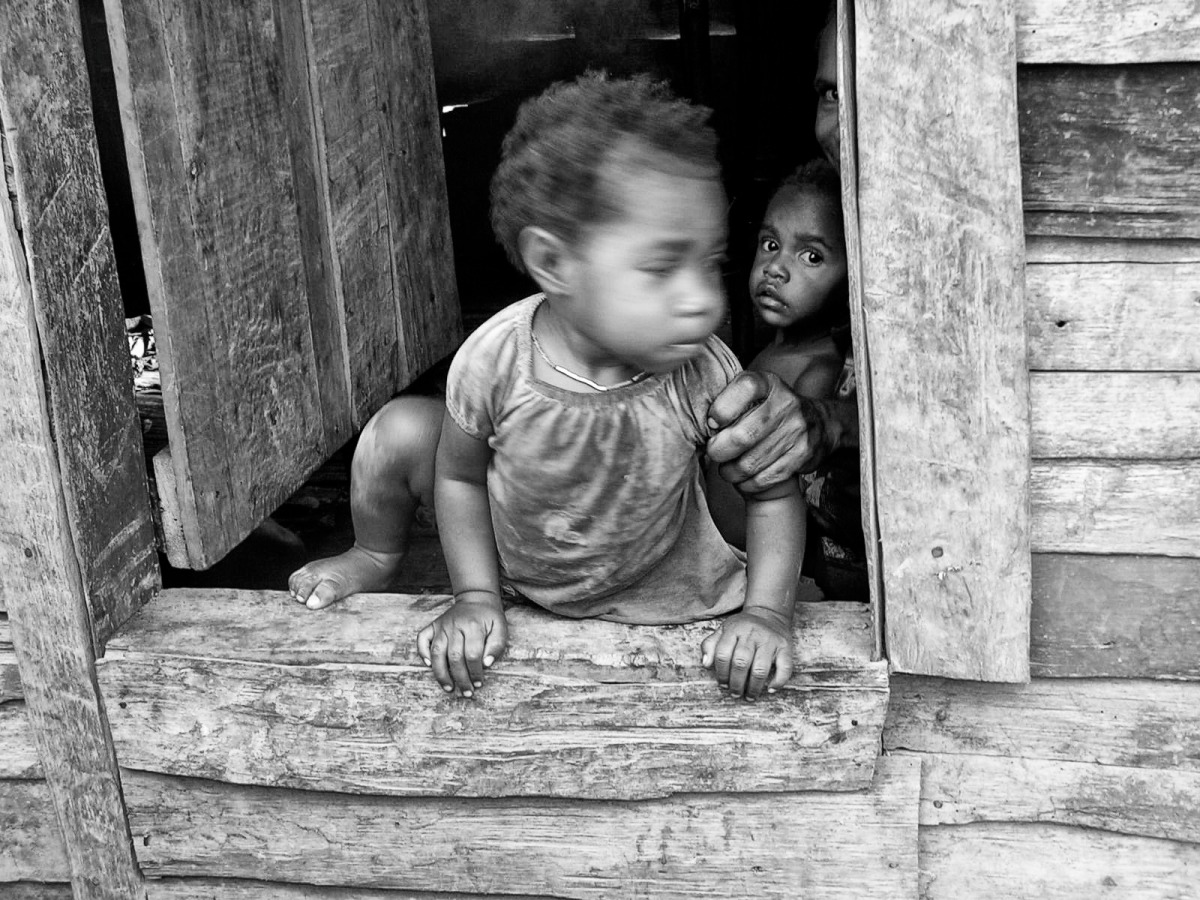 2005-12-26 child doorway father fear indonesia papua poverty.jpg