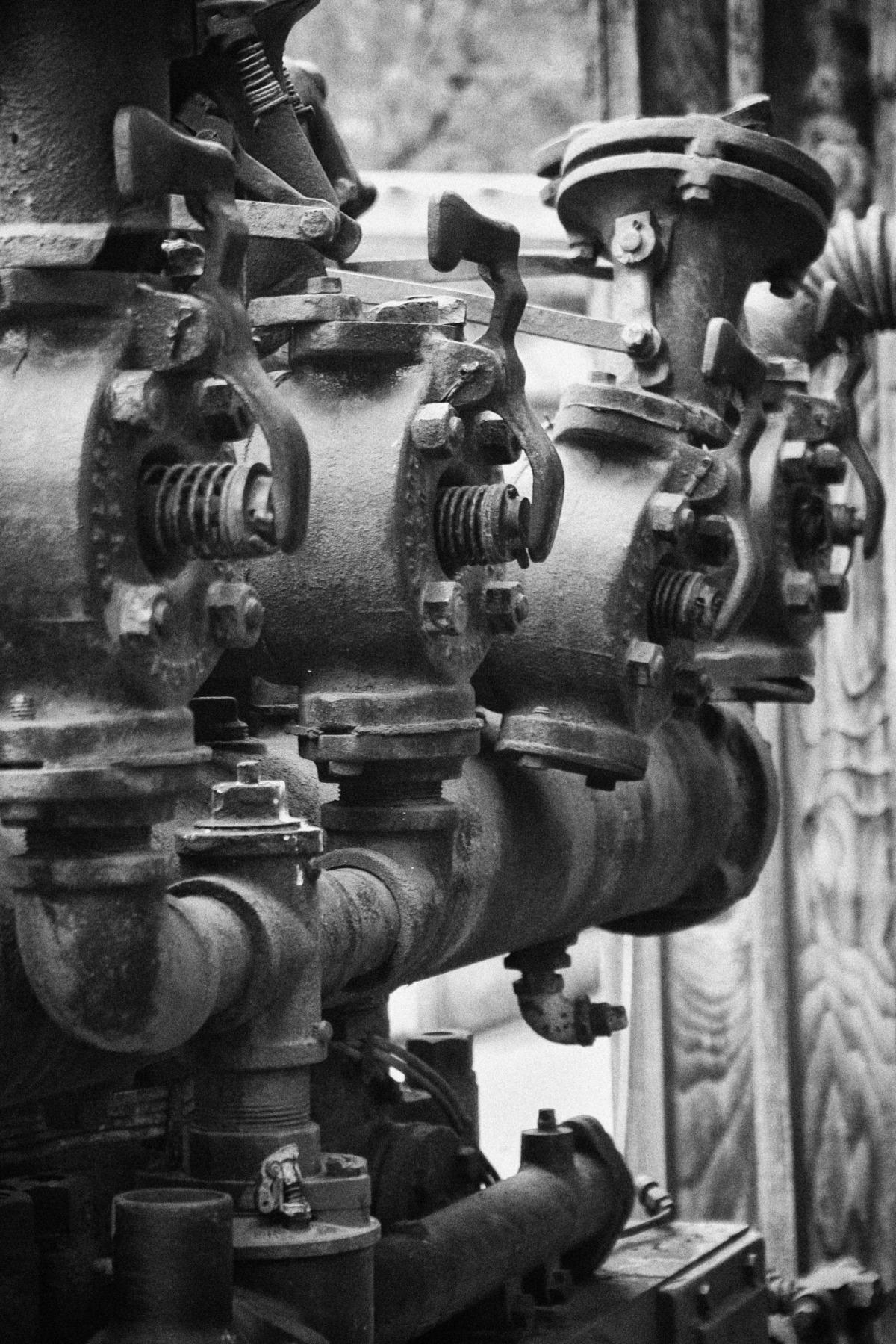 2009-03-22 at 12-27-45 boat diesel engine machine old steam still life.jpg