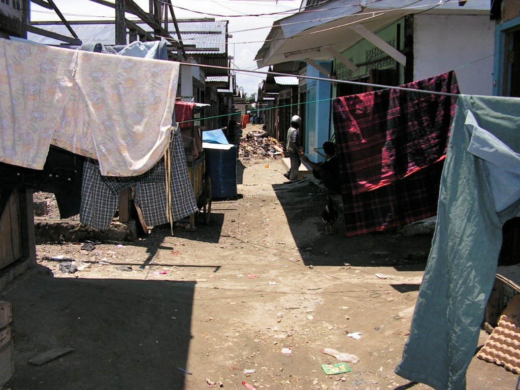 2005-09-16 at 07-04-29 alley indonesia laundry papua pasar poverty sentani slum.jpg