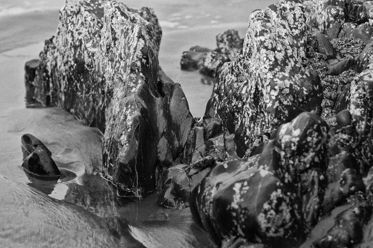 2010-02-06 at 14-37-04 black  white long beach nature ocean rocks sand tofino water.jpg