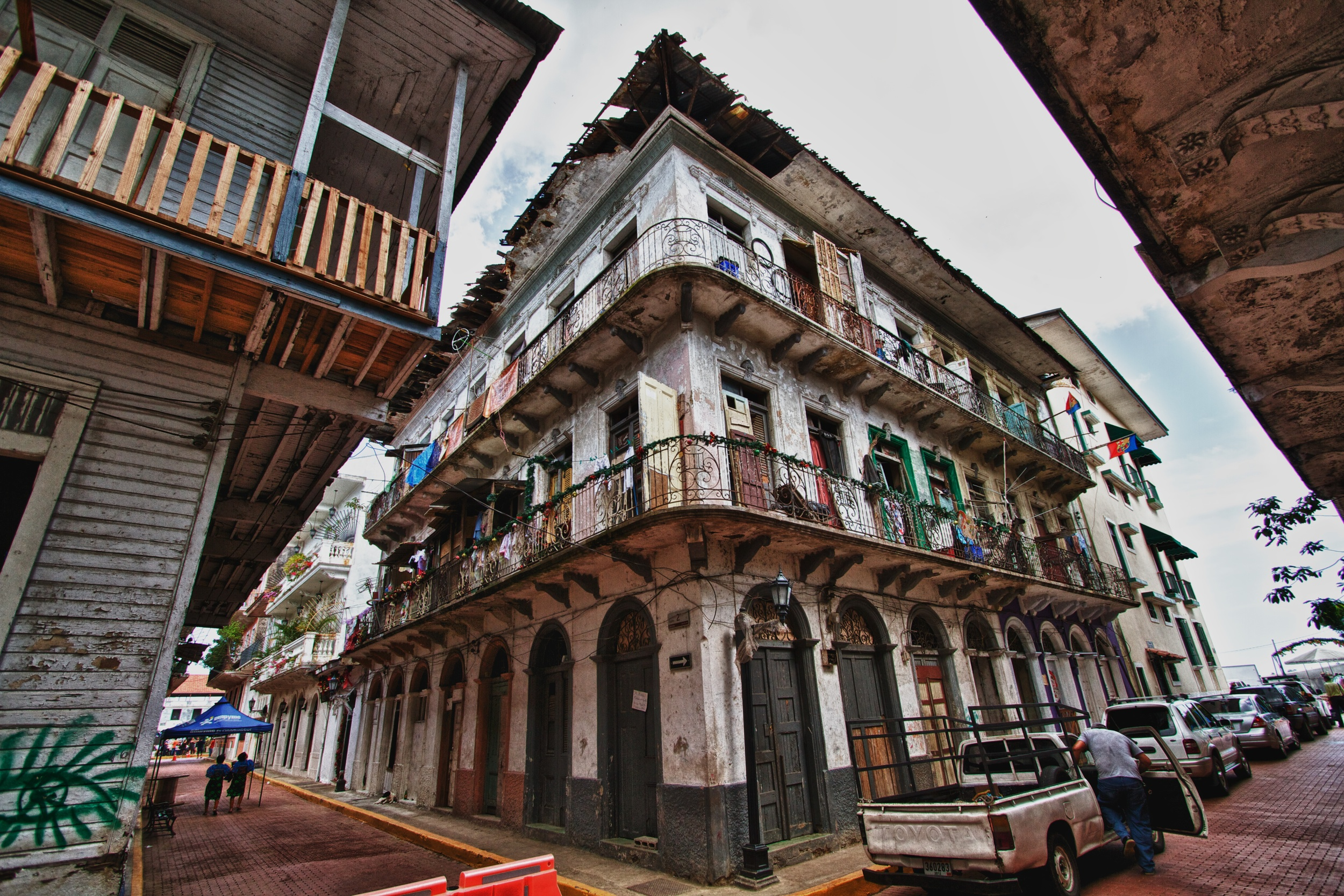 The crowded tenements of Casco Viejo. Canon EOS 7D EF-S 10-22mm at 10mm f/4.5 1/320 ISO 100