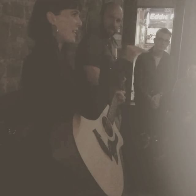 Unplugged in Dublin 🎸🍻🍀 From one Irish pub to another, I'm up first 𝔱𝔬𝔫𝔦𝔤𝔥𝔱 @mollymalonesla in Los Angeles 7:30pm It's a joy to connect with those so similar but so different from you halfway across the globe. To better understand yourself and this whole place 🌍 📽: @devltomas