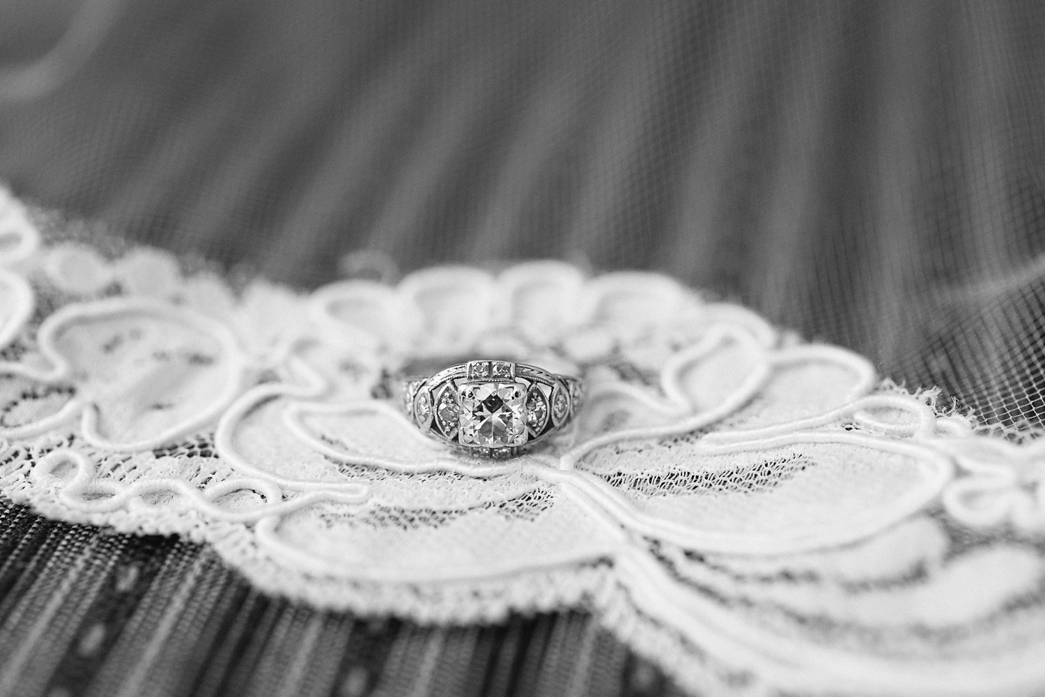 Lindsey_A_Miller_photography_charleston_mcleod_plantation_wedding_row_of_oaks_southern_classic_fall_spanish_moss_historic_home_008.jpg