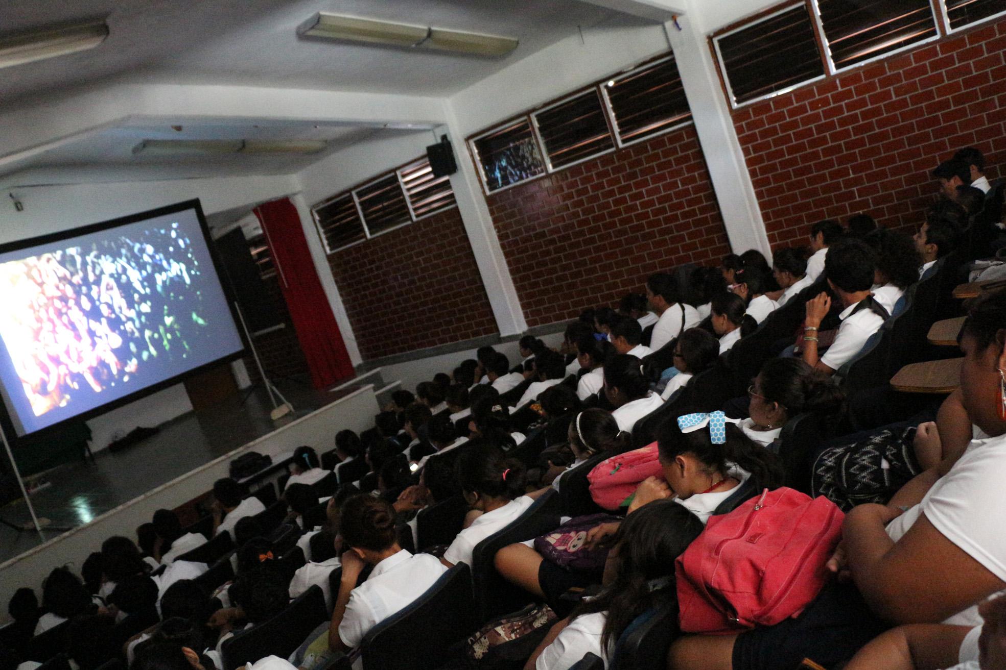 Sala llena en el Colegio de Bachilleres de Playa Del Carmen.