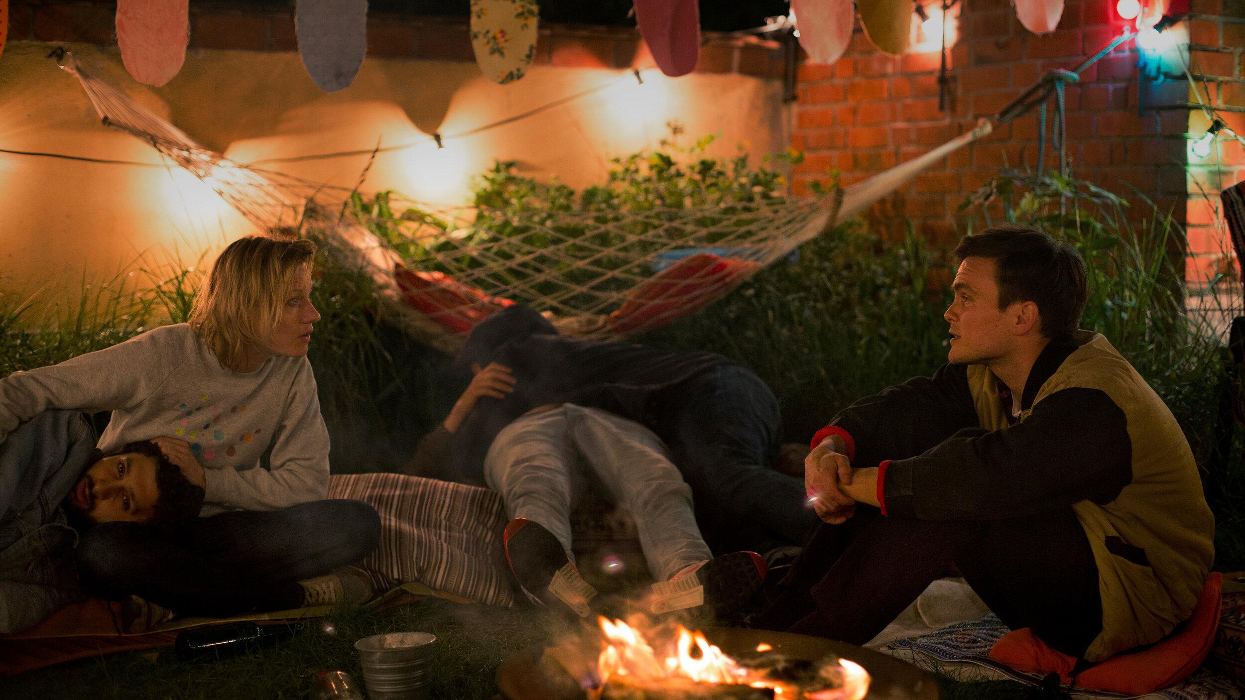 2_Lenz (EricKlotzsch) und Ira (LanaCooper) auf Party (c) Laura Schleicher.jpg