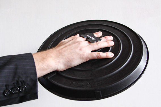 Safetray for the hospitality industry with retractable clip