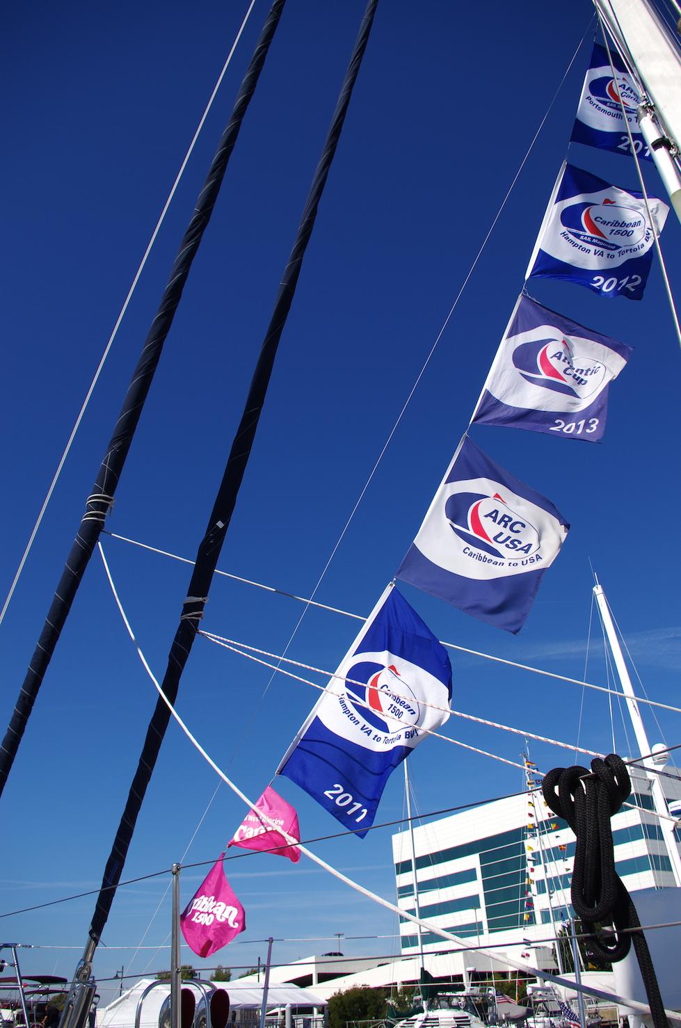 Båtarna får en flagga när de är med i ett event, den här båten flyger stolt alla sina eventflaggor!