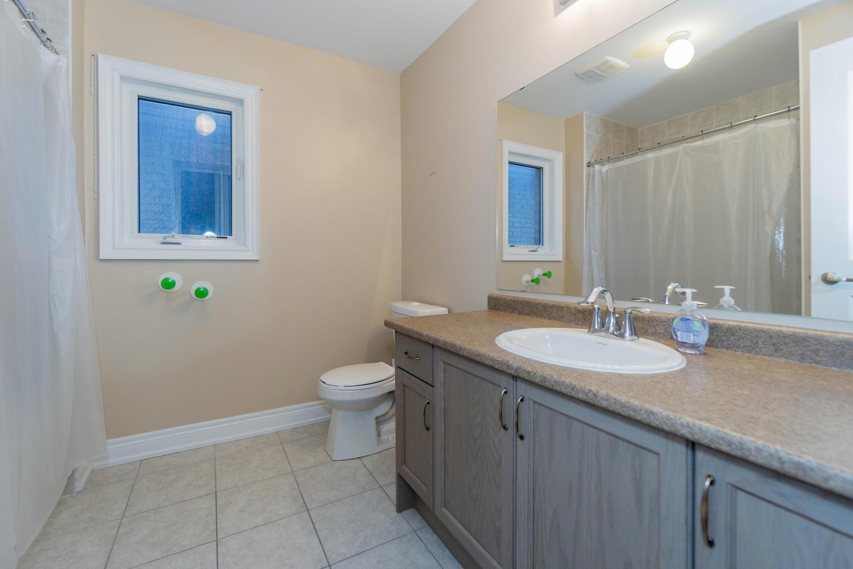 12 Rivoli Drive-large-044-50-Bathroom-1500x1000-72dpi.jpg