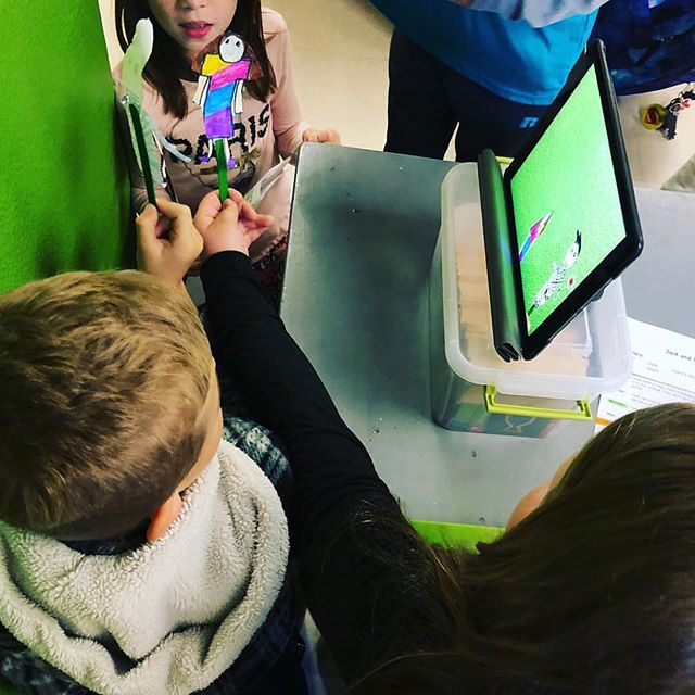 @imperezive_2nd_grade students are working on a 'Jack and the Beanstalk' puppet show with #GreenScreen and it looks great! #DoInk