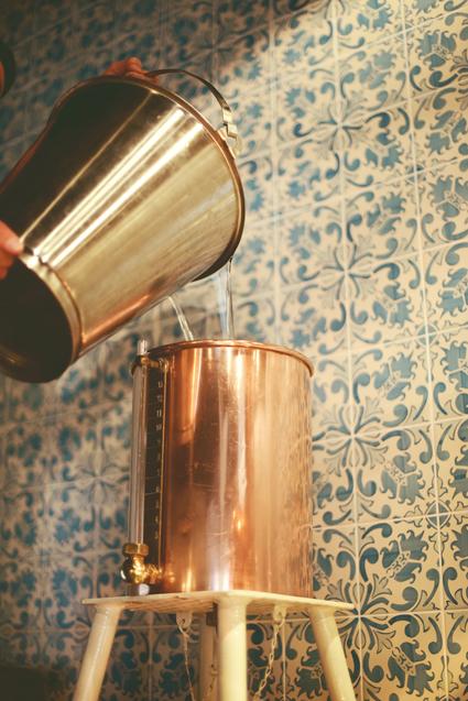 Abb. 2: Der Perkolator wird mit einer Alkohol-Wasser-Mischung befüllt.