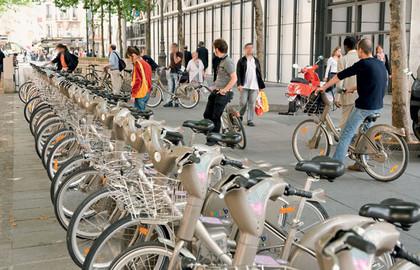 Bicicleta pública em Paris, sistema ÚNICO operado por empresa privada vencedora de licitação, sem propaganda.