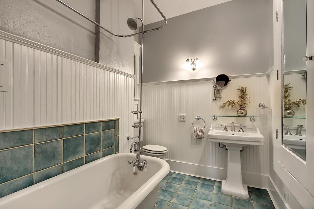 R_bathroom.jpg