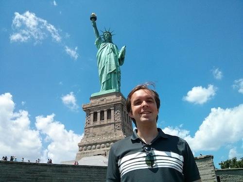 Åtnjuter äkta amerikansk frihet.