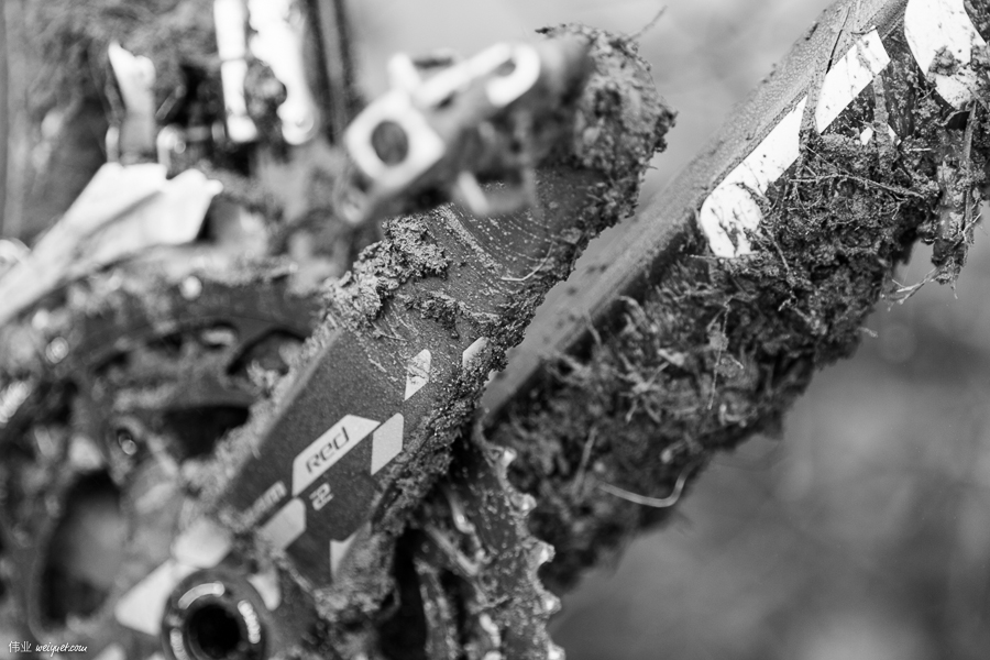After a few laps, the bike weighs a few kilos more because of the mud.
