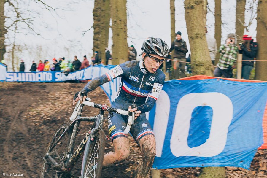 Many different techniques to get around the same corner.Lucie Chainel-Lefèvre (FRA) chooses to dismount and run.