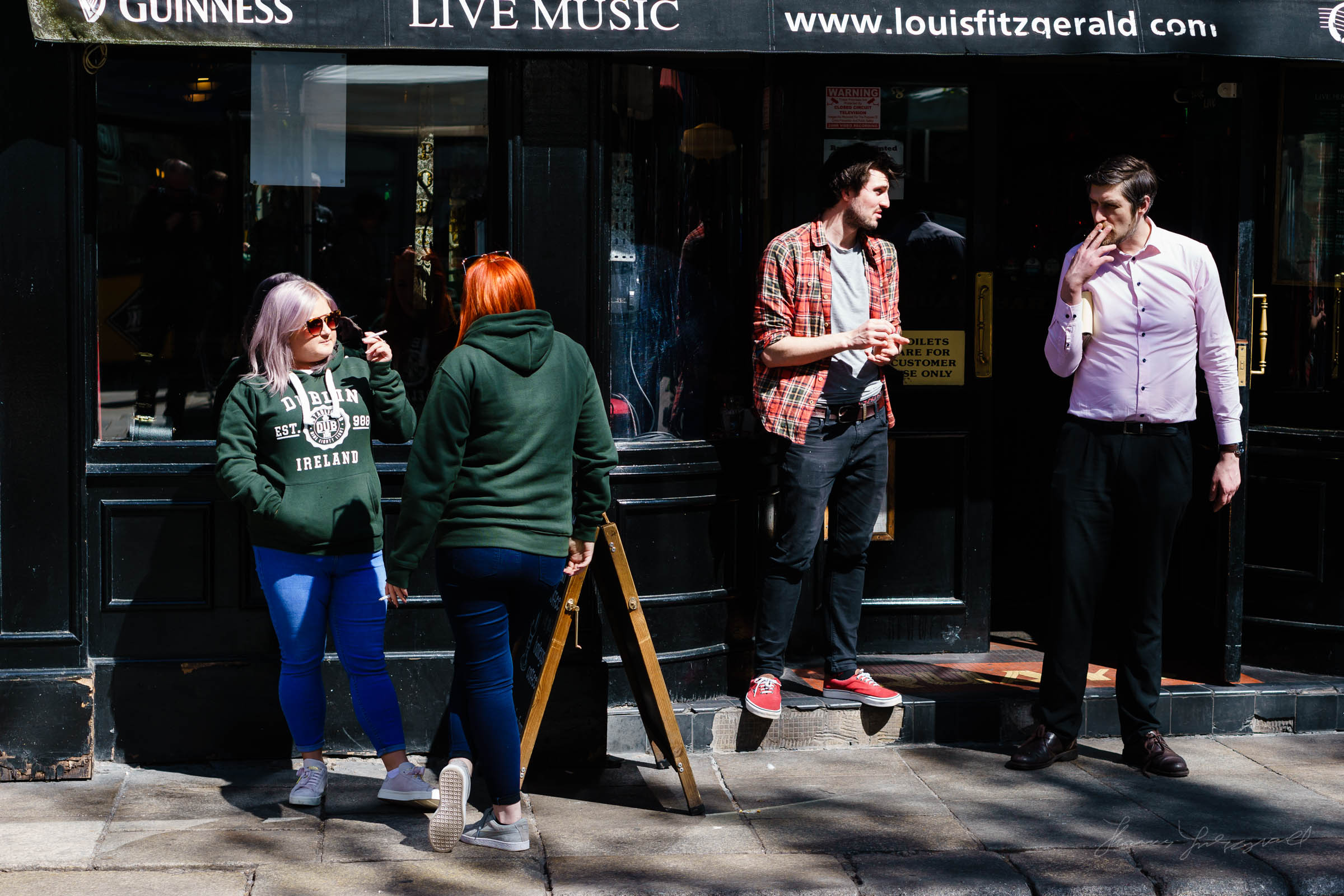 People outside a Pub in Dublin's temple Bar District - Sony A6000 Street Photo