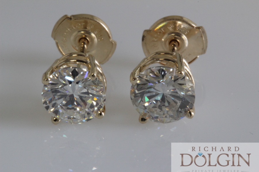 Round diamond studs in yellow gold