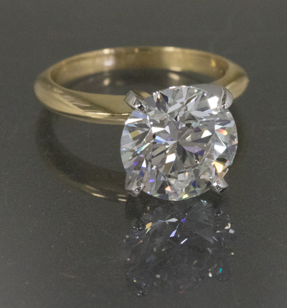Round brilliant in yellow gold solitaire