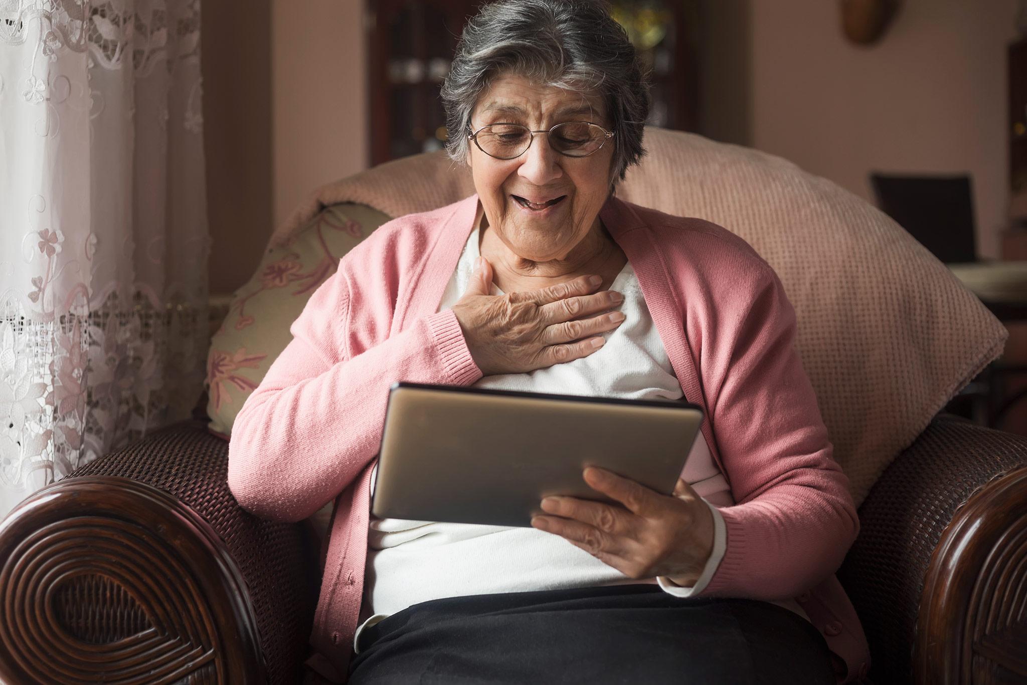 BETREUUNG FÜR MENSCHEN, DIE IM ALTER SELBSTSTÄNDIG WOHNEN - Wir sind der einzige Anbieter, der ältere Menschen, die sich zum Beispiel im betreuten Wohnen leben, gezielt zu Hause unterstützt. Dabei helfen wir ohne zu überfordern. Zum Beispiel den Umgang mit einem Senioren-Smartphone zu erlernen. Mit einem hohen pädagogischen Einfühlungsvermögen finden wir Wege, um Sie z.B. mit Verwandten zu verbinden, die manchmal um die Welt verteilt leben. Gerne helfen wir bei der Bedienung des Fernsehers oder in einer klassischen Computerhilfe für Senioren. Im Alter ändert sich vieles, aber den Anschluss sollten Sie nicht verlieren.