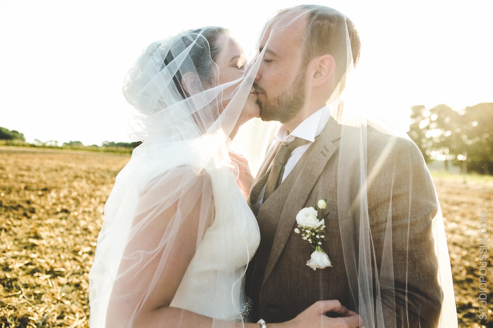 portrait décalé mariés dans les champs photographe normandie