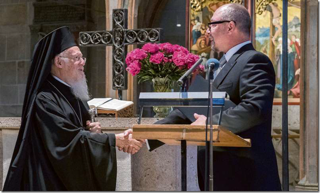 The Dean of the Protestant Faculty, Prof. Michael Tilly (right), awards Bartholomew I, the Ecumenical Patriarch of Constantinople, the honorary doctorate of the Tübingen Eberhard Karls University. Picture:Metz