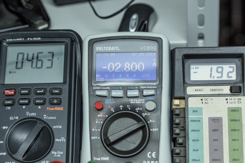 Ende bei etwa 4,8A (das ganz linke Gerät zeigt die Spannung an, die anderen den Strom)