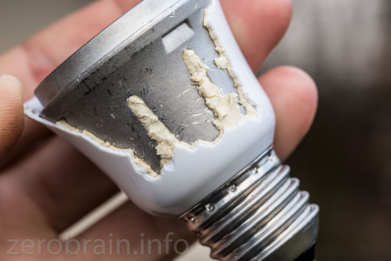 Halb zersägte OSram LED mit E27 Sockel - man sieht die ausflussöffnungen der Vergussmasse